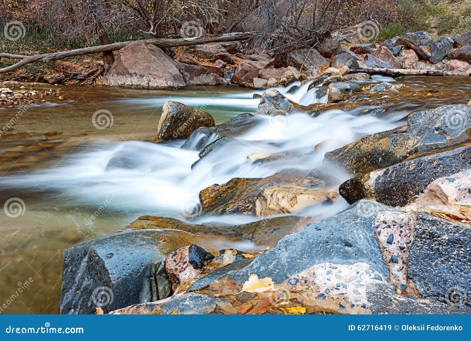 Νερό που διατρέχει του ποταμού της Virgin στο εθνικό πάρκο Zion στις ΗΠΑ