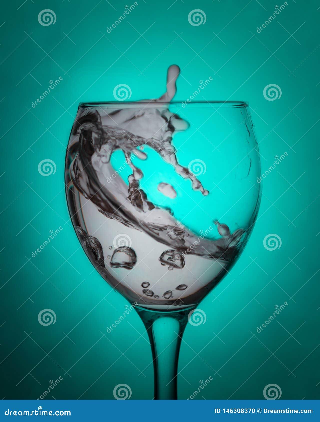 Νερό σε ένα καθαρό γυαλί