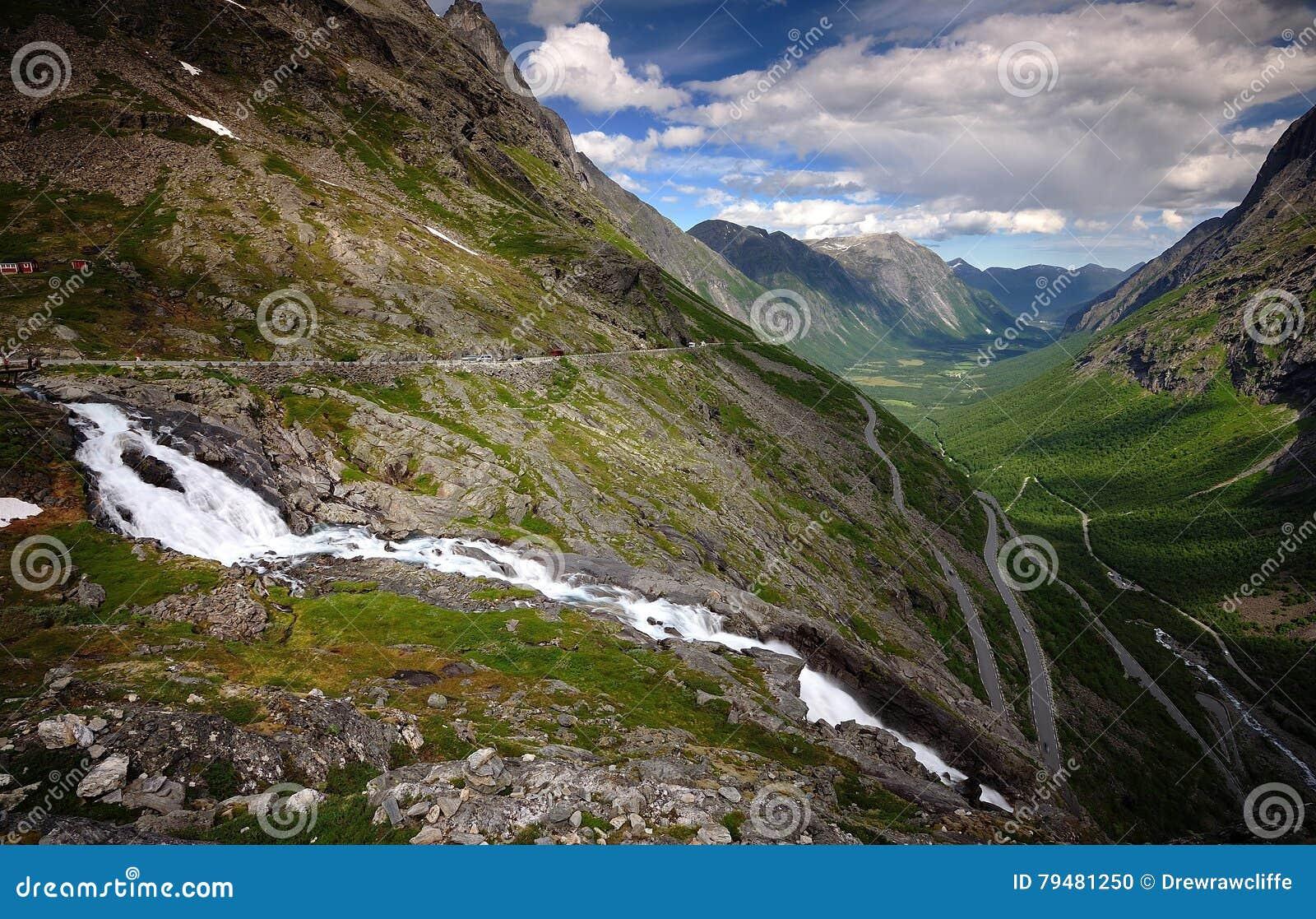 Νερό Trollstigen ρέοντας γρήγορα