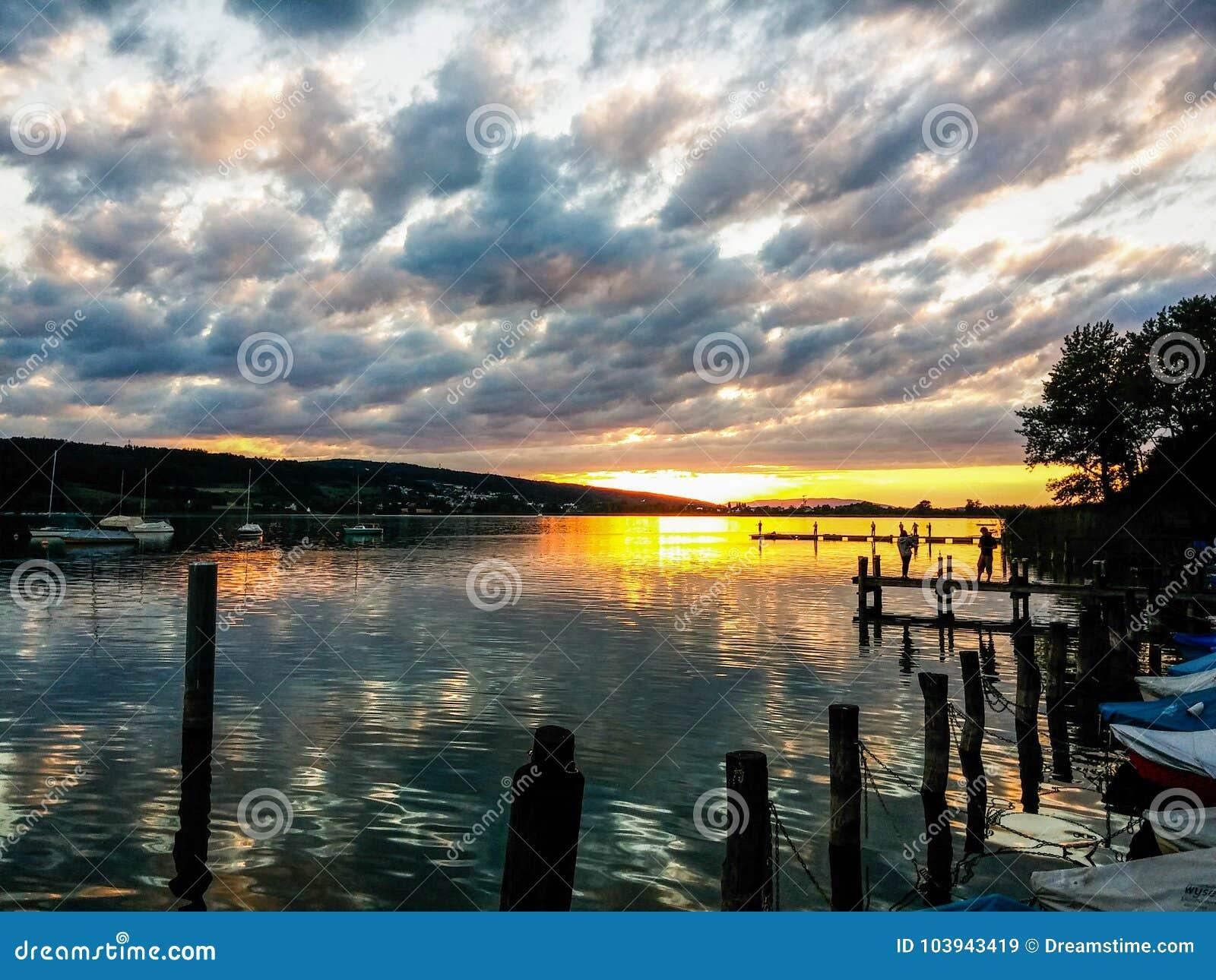 Νεφελώδες ηλιοβασίλεμα, λίμνη της Ζυρίχης