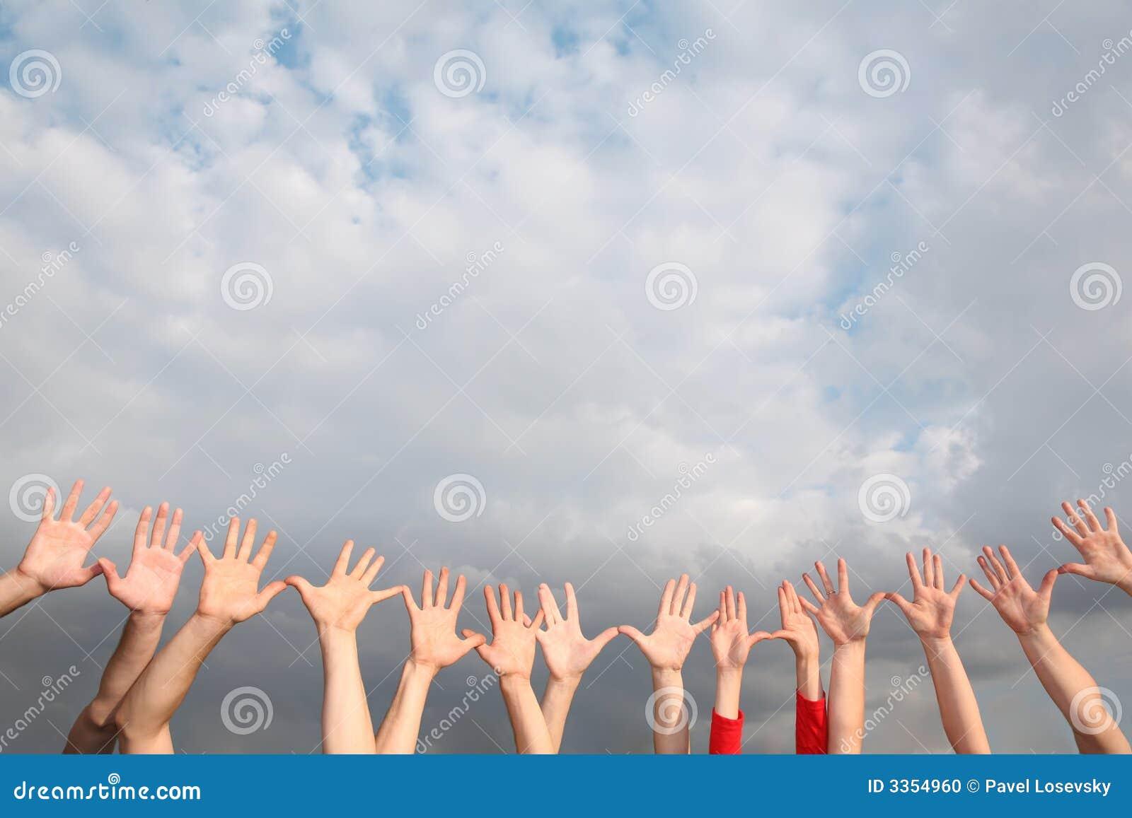 νεφελώδης αυξημένος χέρι&alp