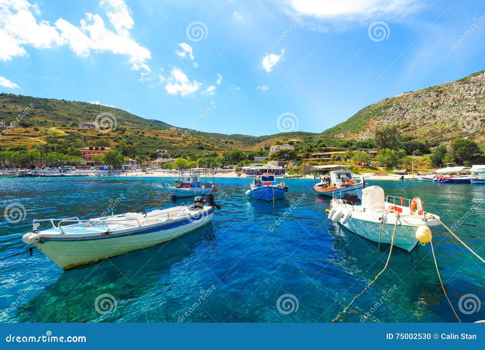 Νησί της Ζάκυνθου λιμένων του Άγιου Νικολάου το καλοκαίρι, με το σαφές β