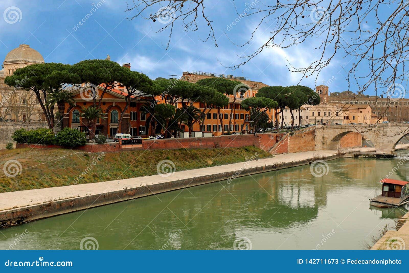 Νησί Tiber και ο ποταμός με τη γέφυρα Cestius και ο θόλος του s