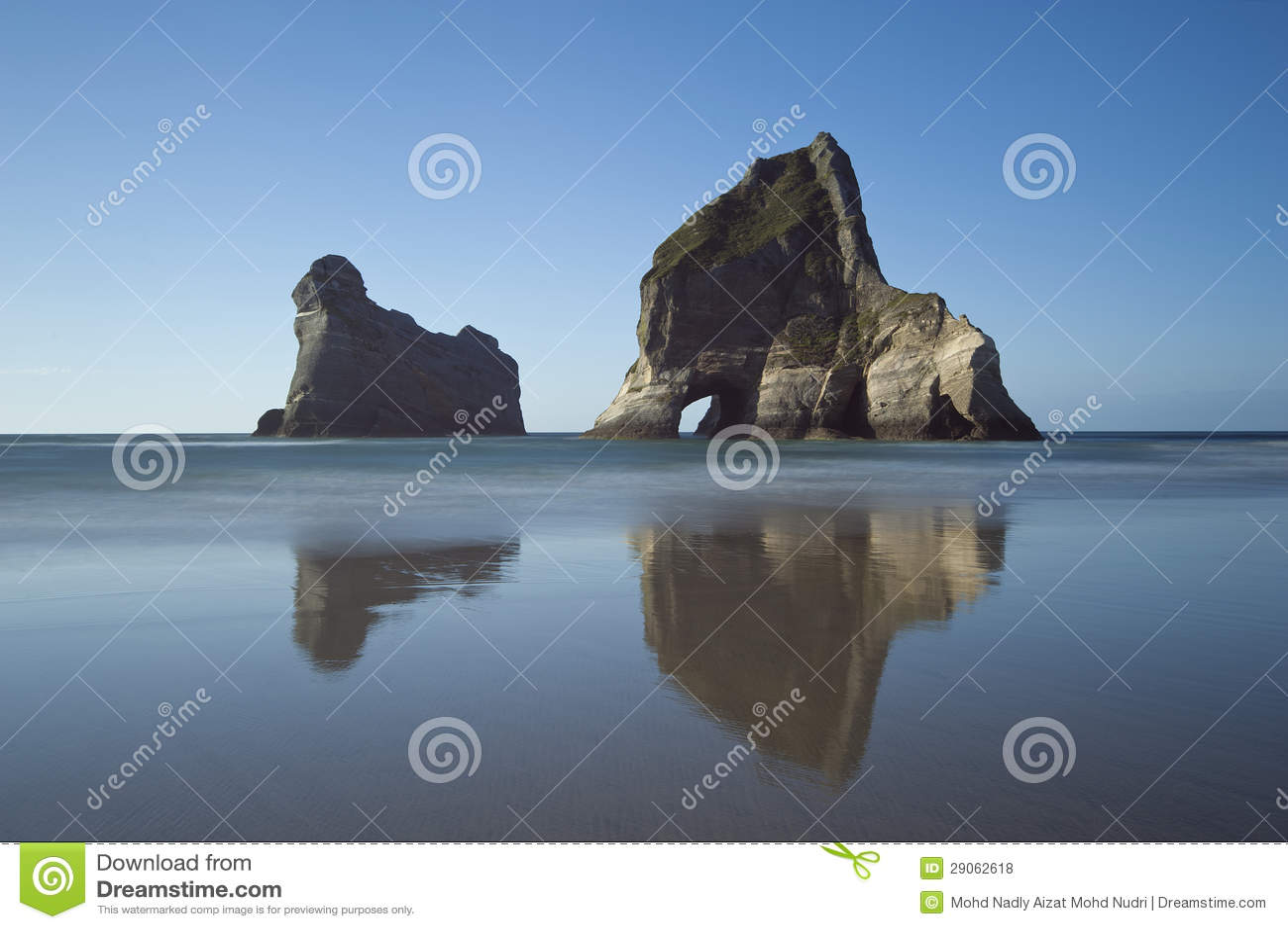 Νησιά αψίδων κοντά Wharariki στην παραλία, Νέα Ζηλανδία