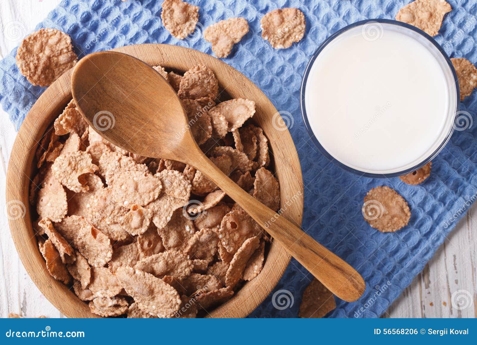 Download Νιφάδες δημητριακών σε μια ξύλινη κινηματογράφηση σε πρώτο πλάνο κύπελλων και γάλακτος Τοπ άποψη Horiz Στοκ Εικόνες - εικόνα από γαστρονομικός, πρωί: 56568206