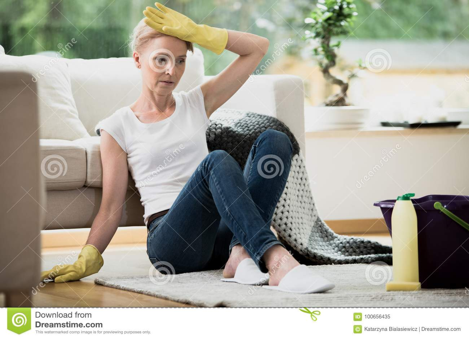 Νοικοκυρά που κουράζεται απελπισμένη του καθαρισμού