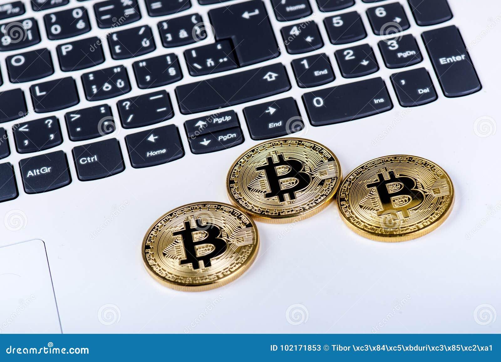 Νομίσματα Bitcoin σε ένα πληκτρολόγιο του άσπρου lap-top Υπολογιστής Κατάσταση επένδυσης Νέο εικονικό νόμισμα Πολυτιμότερο crypto
