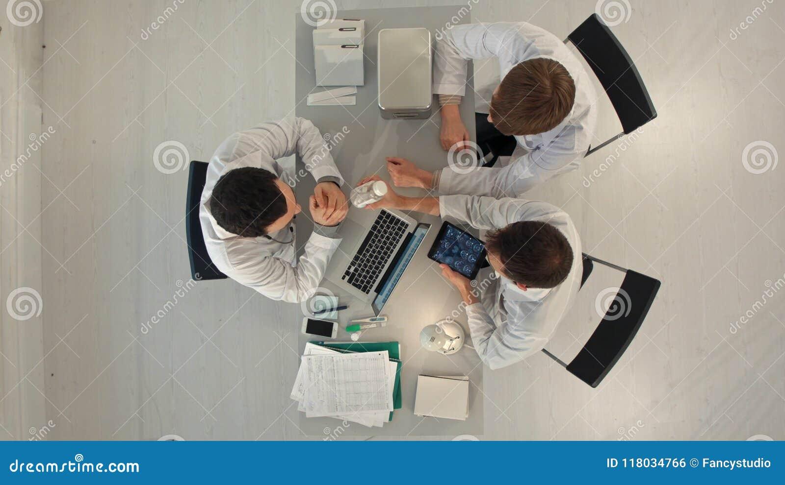 Νοσοκομείο Timelapse, ιατρική εκπαίδευση, υγειονομική περίθαλψη, άνθρωποι και έννοια ιατρικής - ομάδα ευτυχών γιατρών με το PC τα