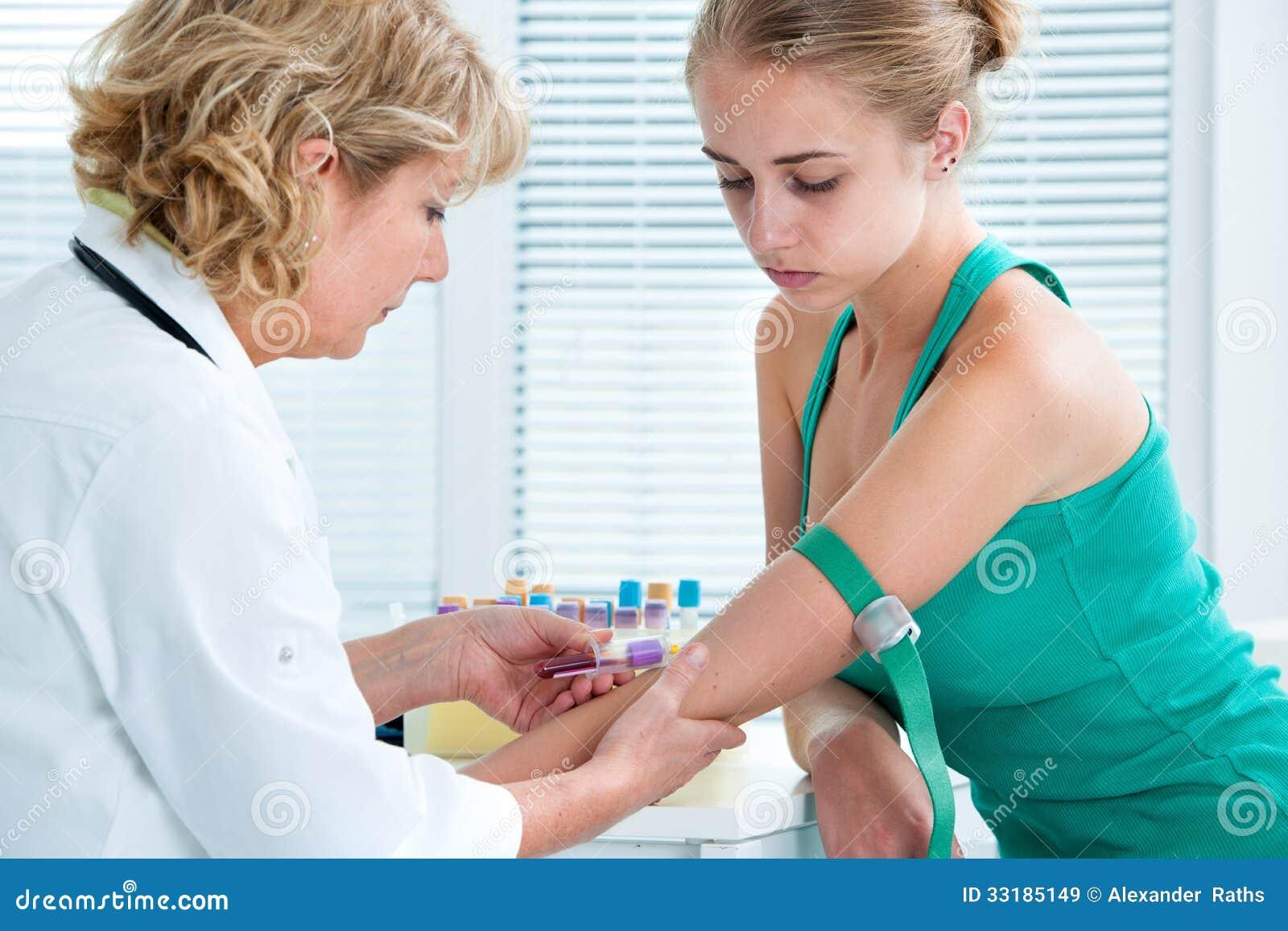 Νοσοκόμα που παίρνει το δείγμα αίματος