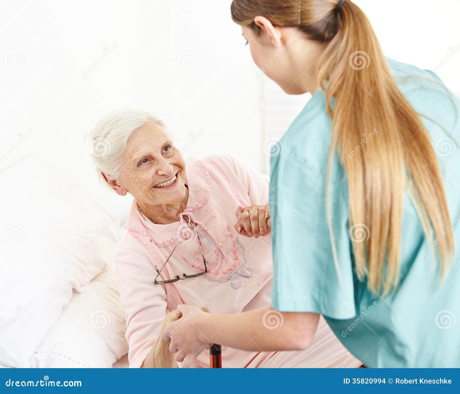 Νοσοκόμα στην εκτεταμένη βοήθεια οικιακής φροντίδας