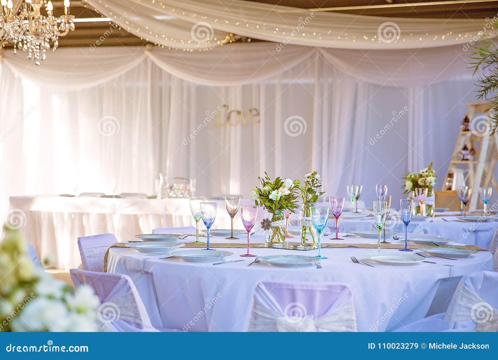 c513d8b83de6 Οργάνωση νυφικών και πινάκων υποδοχής για έναν γάμο που χρησιμοποιεί ένα  όμορφο μαλακό χρώμα σχεδίου κρητιδογραφιών Χαρακτηρίζει μαλακά το ντυμένο  και ...