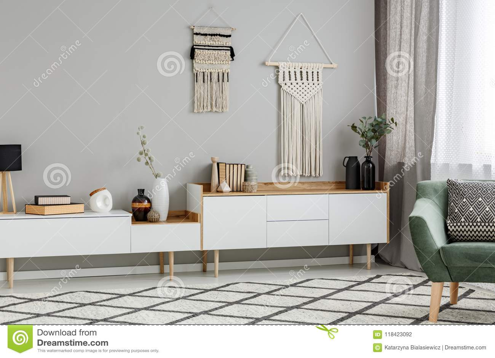 Ντεκόρ DIY στον τοίχο επάνω από το άσπρο ντουλάπι στο interi καθιστικών