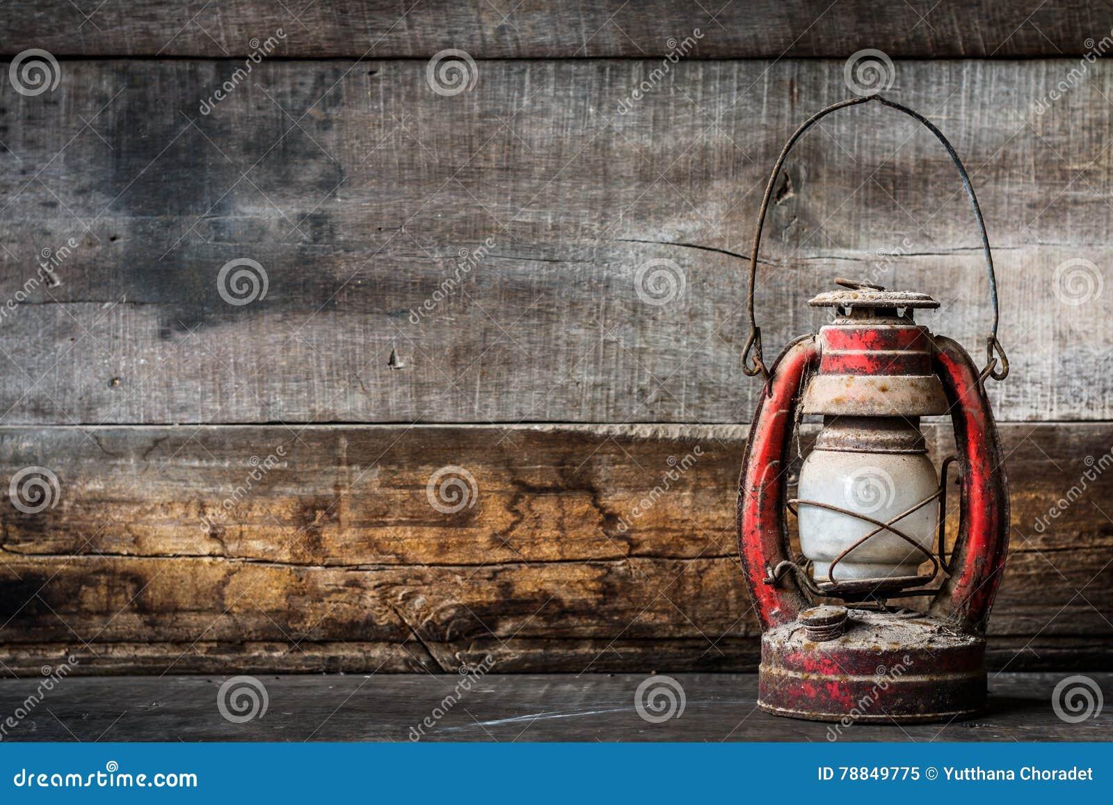 Ντεμοντέ εκλεκτής ποιότητας κάψιμο λαμπτήρων φαναριών πετρελαίου κηροζίνης με ένα μαλακό φως πυράκτωσης με το ηλικίας ξύλινο πάτω