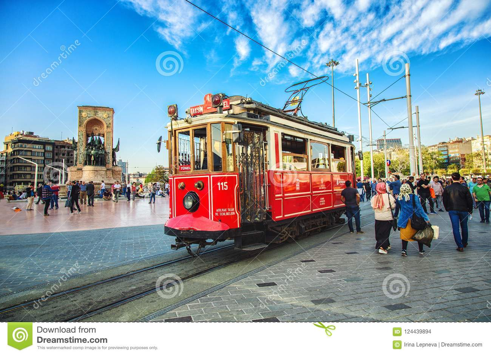 Ντεμοντέ κόκκινο τραμ στην πλατεία Taksim - ο δημοφιλέστερος προορισμός στη Ιστανμπούλ