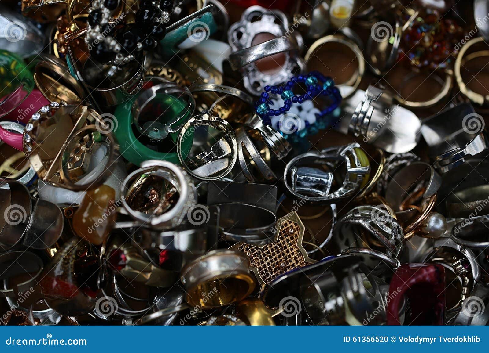 Ντεμοντέ χρησιμοποιημένα δάχτυλο-δαχτυλίδια που συσσωρεύονται από κοινού