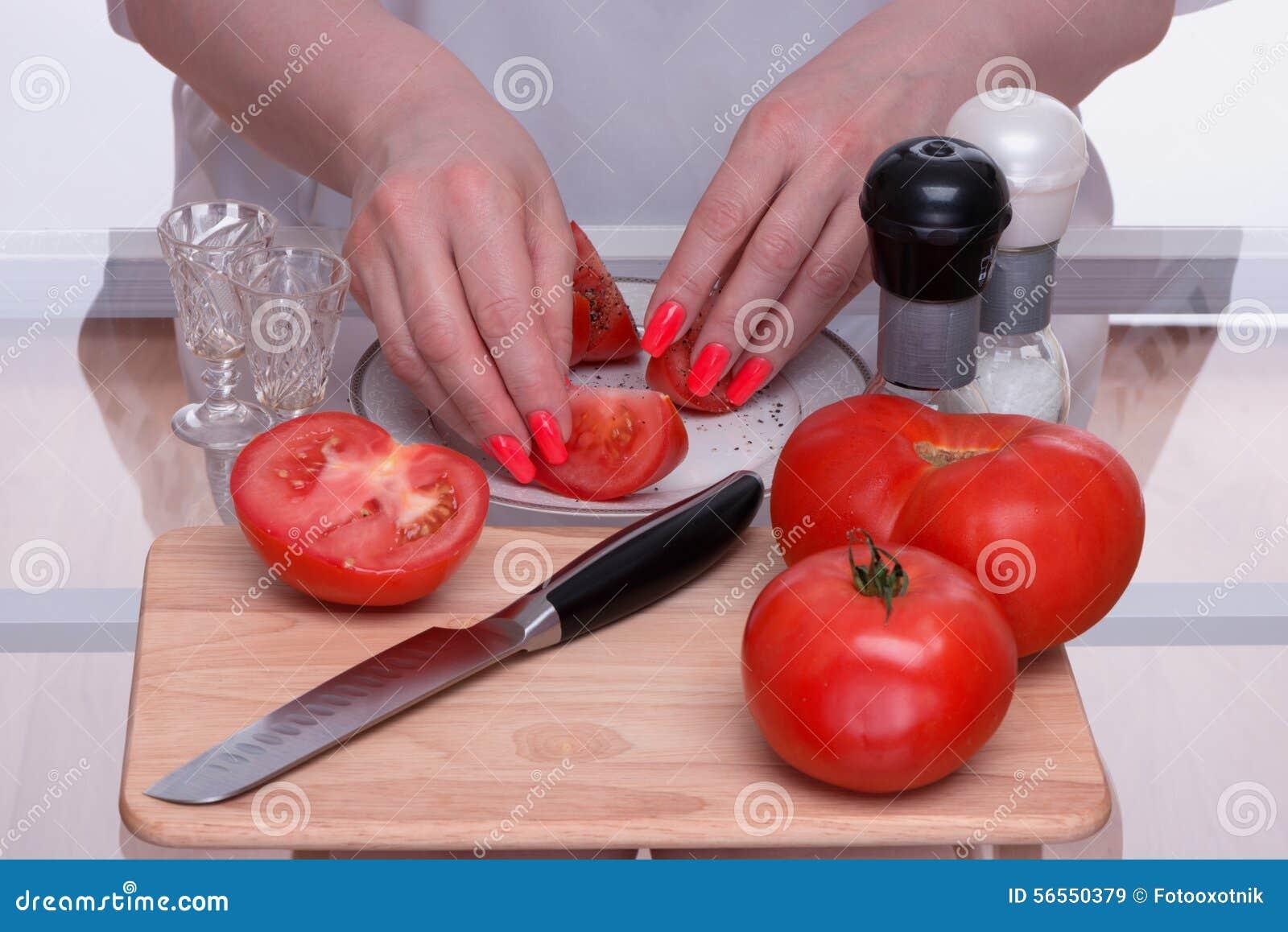 Download Ντομάτες και μαχαίρι σε έναν τεμαχίζοντας πίνακα Στοκ Εικόνα - εικόνα από γαστρονομικός, μαγείρεμα: 56550379
