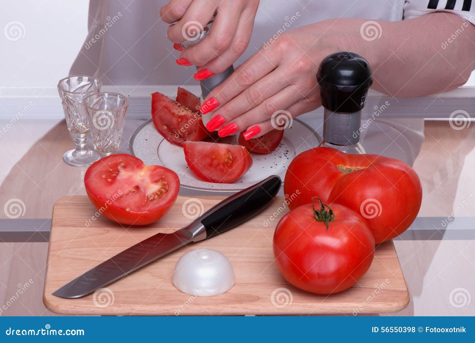 Download Ντομάτες και μαχαίρι σε έναν τεμαχίζοντας πίνακα Στοκ Εικόνες - εικόνα από χέρι, αρχιμάγειρας: 56550398