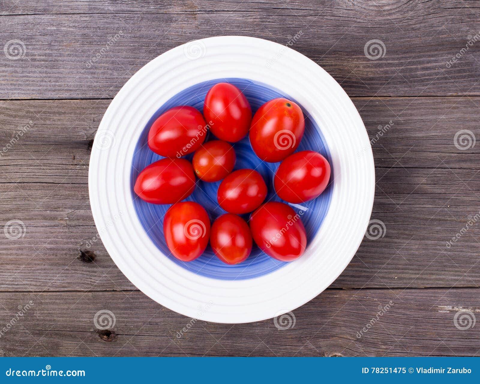 Ντομάτες κερασιών σε ένα πιάτο