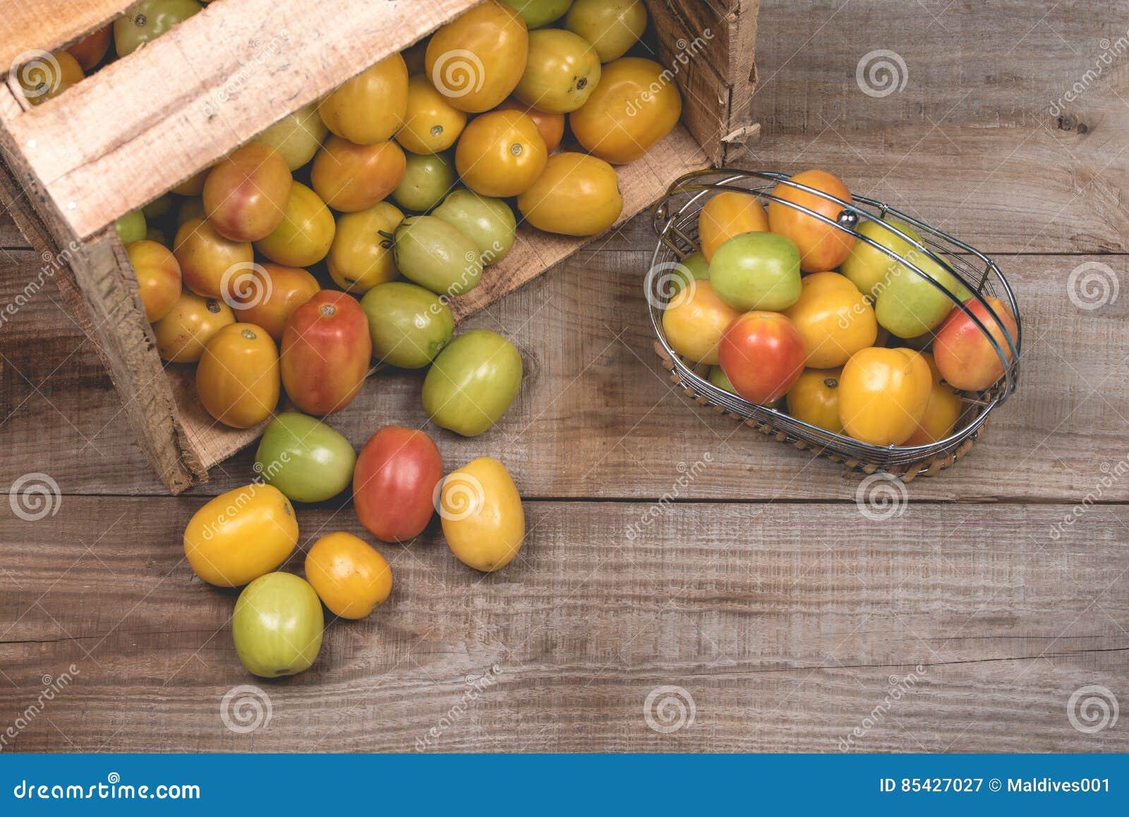 Ντομάτες σε ένα ξύλινο υπόβαθρο