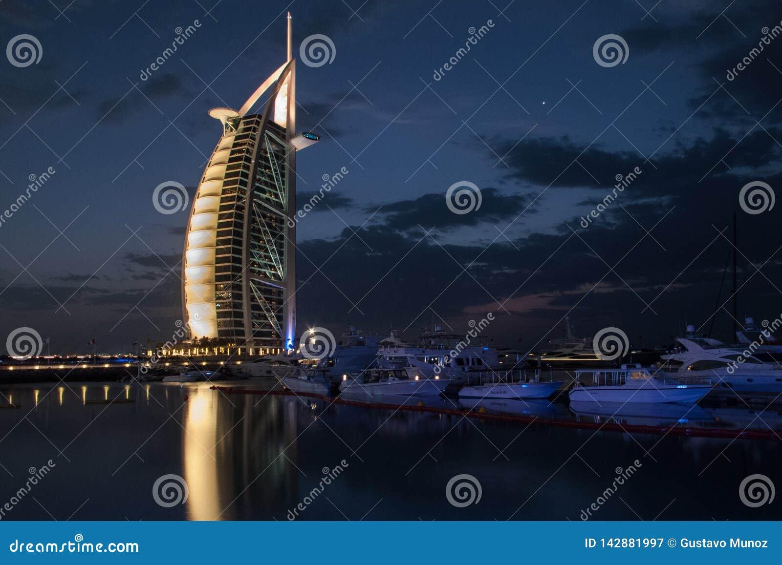 Ντουμπάι, Ε.Α.Ε. - 03 Μαρτίου, 2017: Άποψη του Al Άραβας, το αποκλειστικότερο ξενοδοχείο Burj πολυτέλειας του κόσμου, με επτά αστ