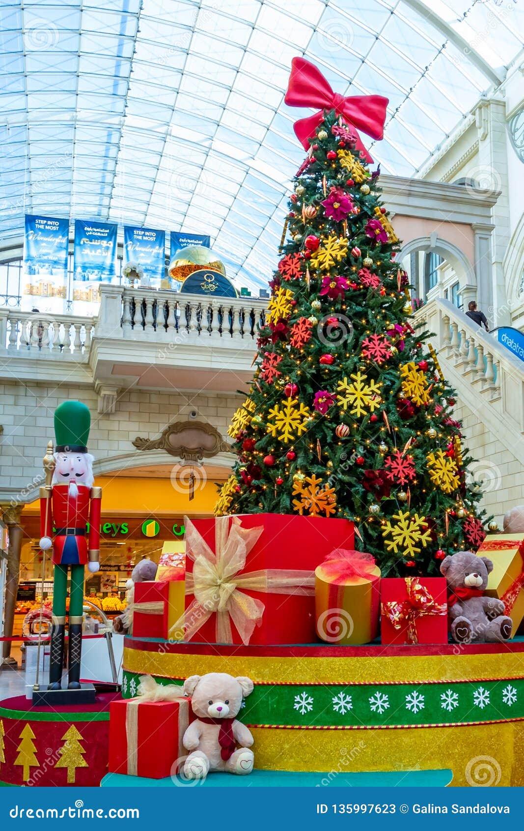 Ντουμπάι, Ηνωμένα Αραβικά Εμιράτα - 12 Δεκεμβρίου 2018: Διακοσμημένο χριστουγεννιάτικο δέντρο με τα δώρα στη λεωφόρο