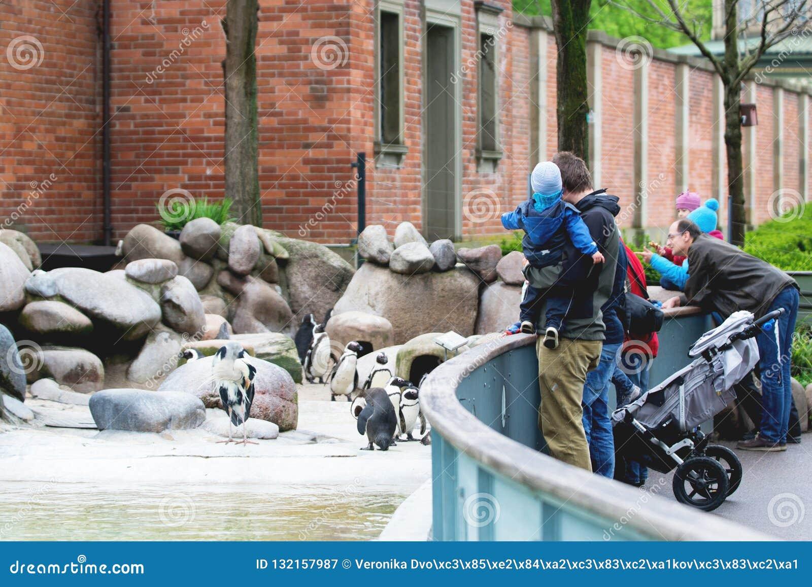 Νυρεμβέργη, Γερμανία, τον Απρίλιο του 2016: Γονείς με τα παιδιά που επισκέπτονται έναν ζωολογικό κήπο Νυρεμβέργη Άνθρωποι που προ