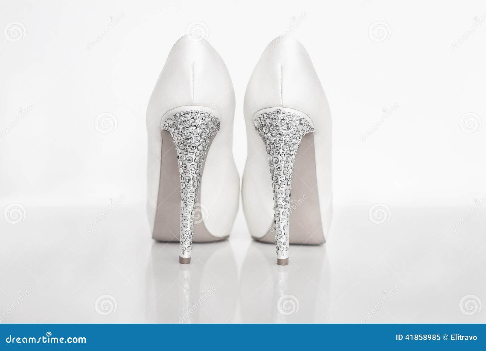 0b35ff610fc7 Νυφικά άσπρα παπούτσια στοκ εικόνα. εικόνα από ζεύγος - 41858985