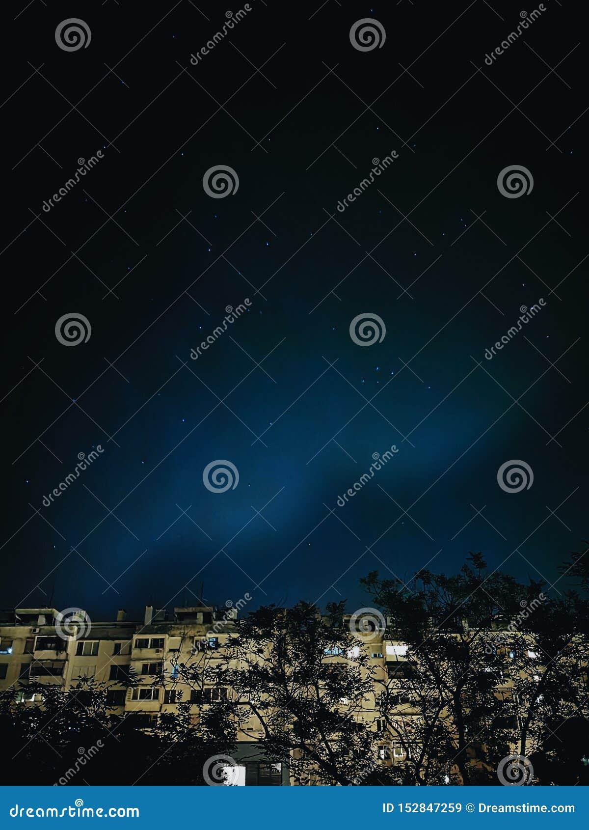 Νυχτερινός ουρανός που βλέπει έναστρος από το παράθυρό μου