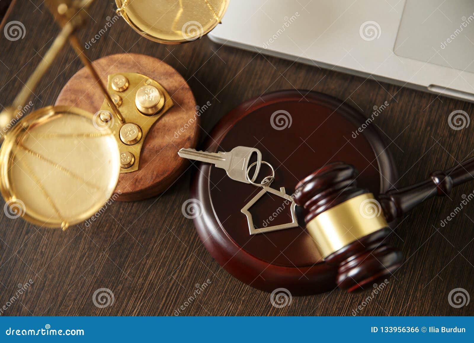 Νόμος και δικαιοσύνη, έννοια νομιμότητας, βιβλιοθήκη νόμου, Gavel δικαστών andold εκλεκτής ποιότητας κλειδί στο Μαύρο ξύλινο