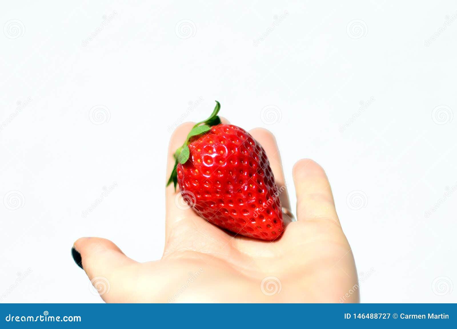 Νόστιμες φράουλες που απομονώνονται στο άσπρο υπόβαθρο