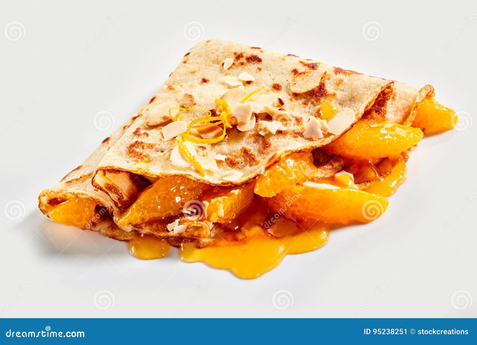 Νόστιμος χρυσός που τηγανίζεται crepe με το φρέσκο μανταρίνι