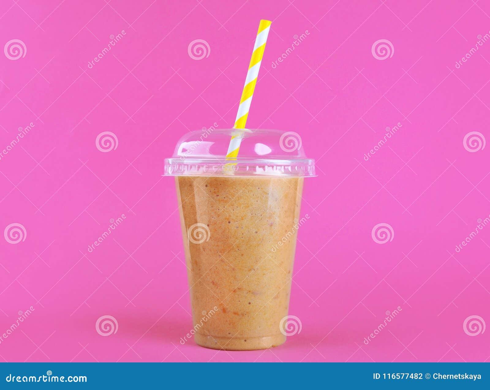 Νόστιμο ροδάκινο milkshake στο πλαστικό φλυτζάνι