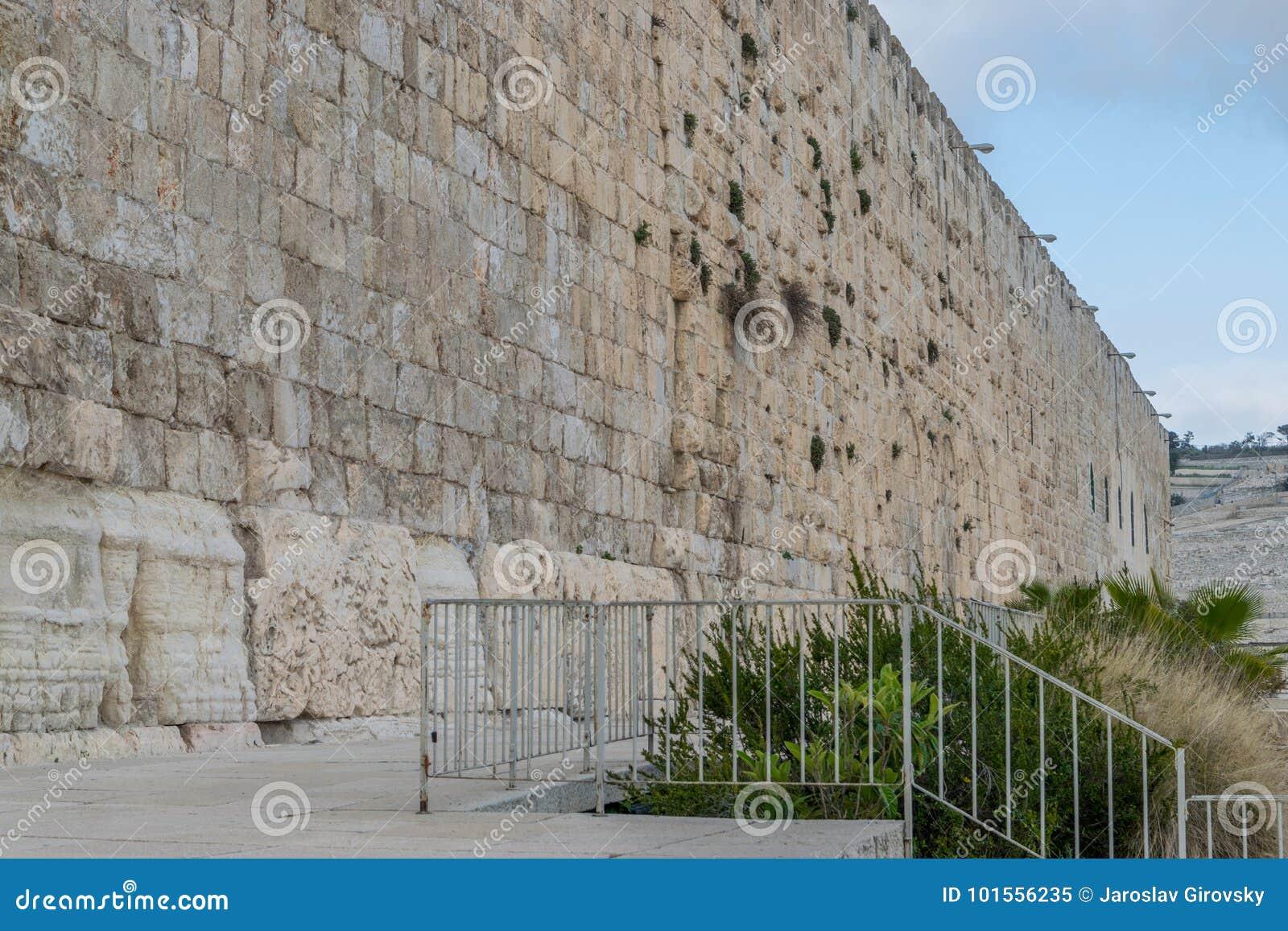 Νότιος τοίχος του ναού