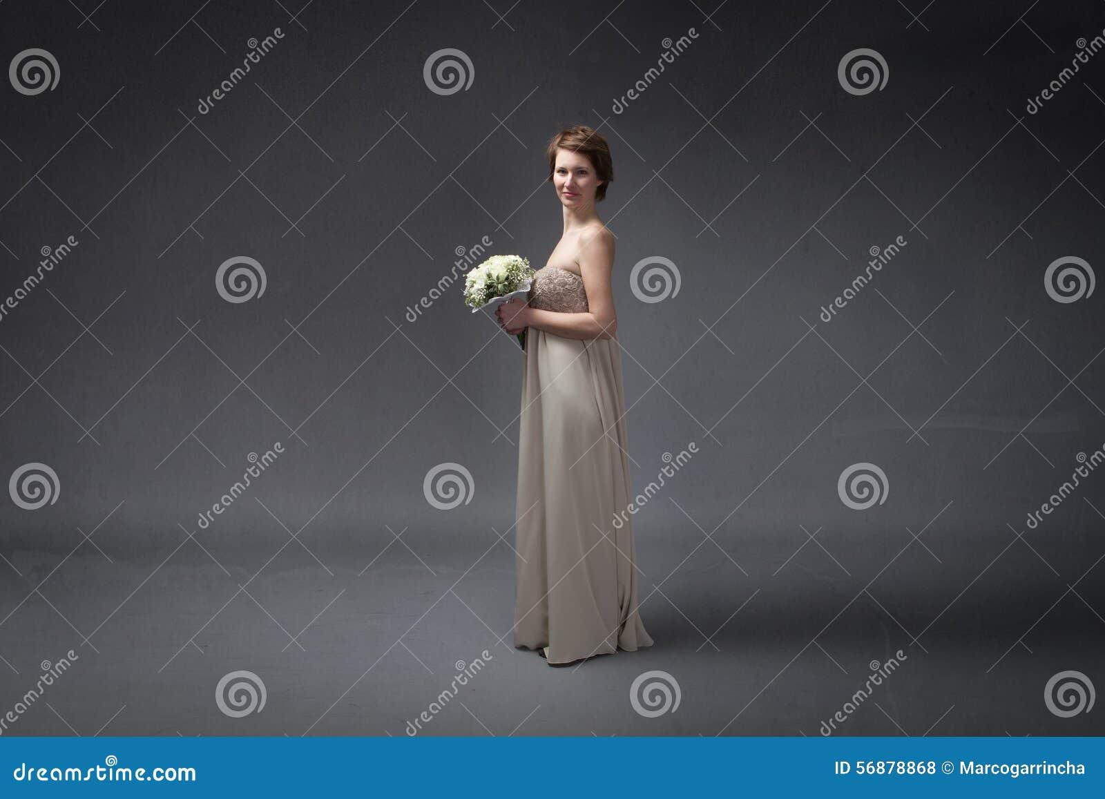 Νύφη ευχαριστημένη από τα λουλούδια σε διαθεσιμότητα