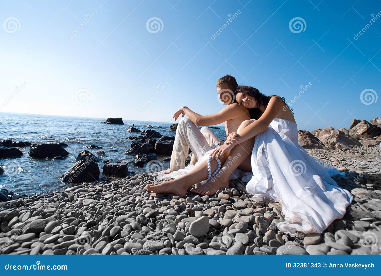 Νύφη και νεόνυμφος στην παραλία