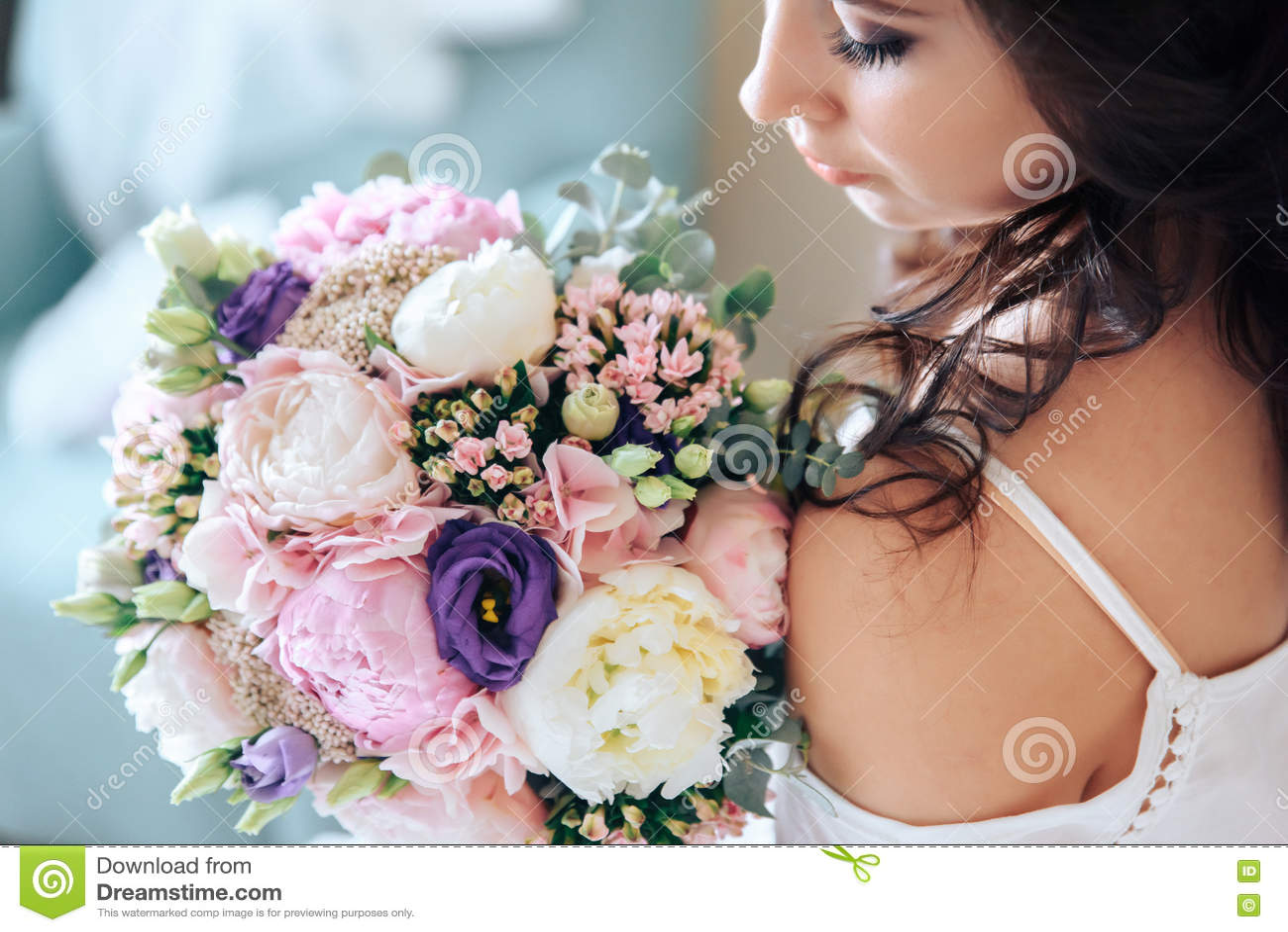 f8625c0b3215 Νύφη που κρατά μια ανθοδέσμη των λουλουδιών σε ένα αγροτικό ύφος