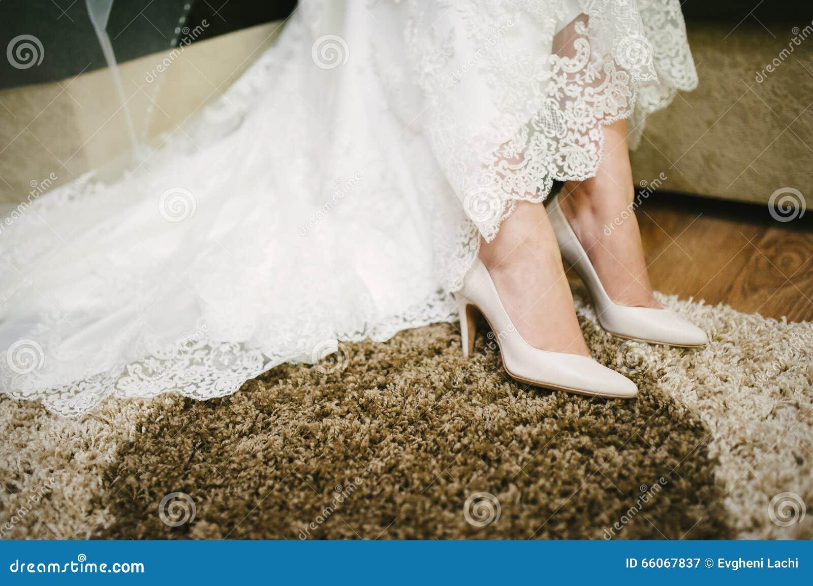 e726d174962 Νύφη που παίρνει τα ντυμένα παπούτσια στη ημέρα γάμου της Στοκ ...