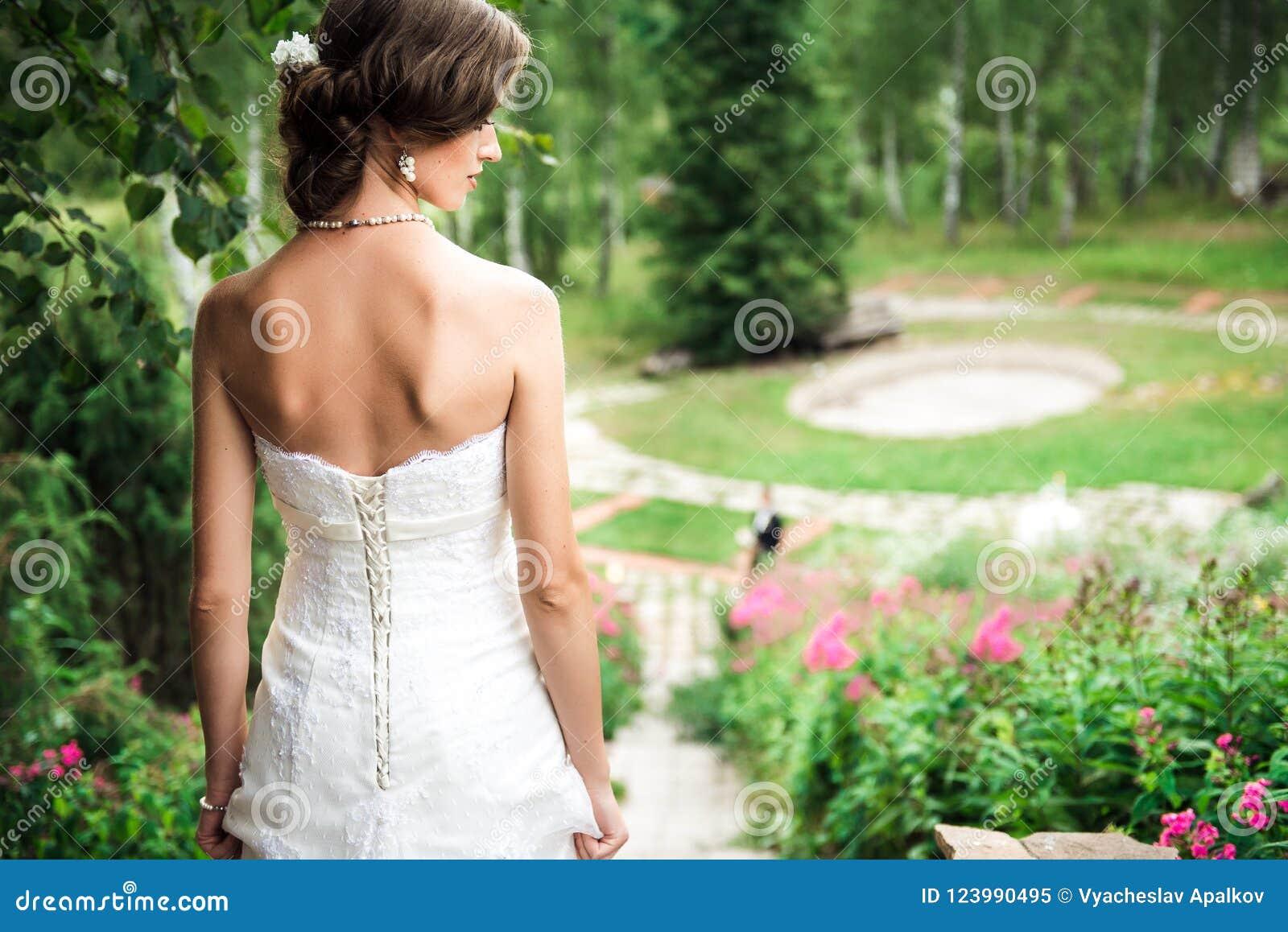 Νύφη που στέκεται επάνω στο λόφο