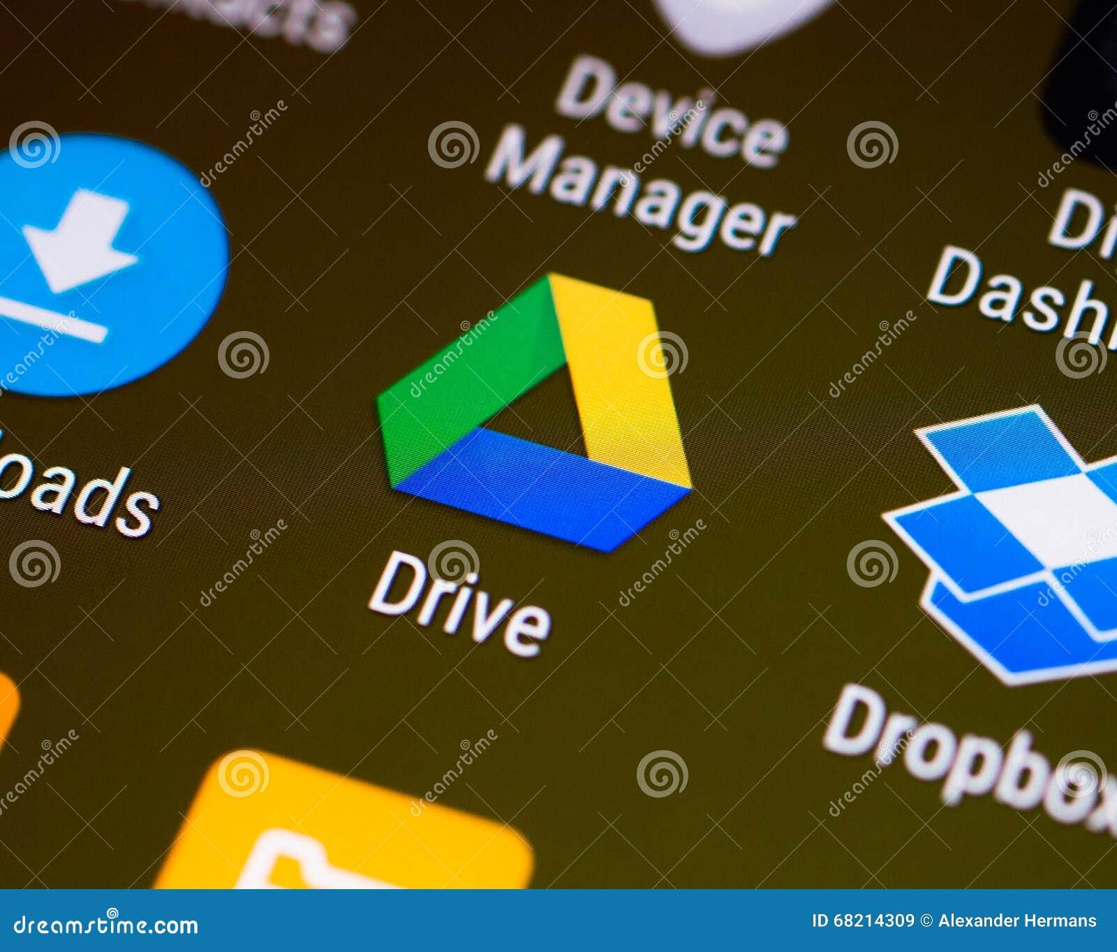 Νύχι του αντίχειρα/λογότυπο εφαρμογής Drive Google σε ένα αρρενωπό smartphone