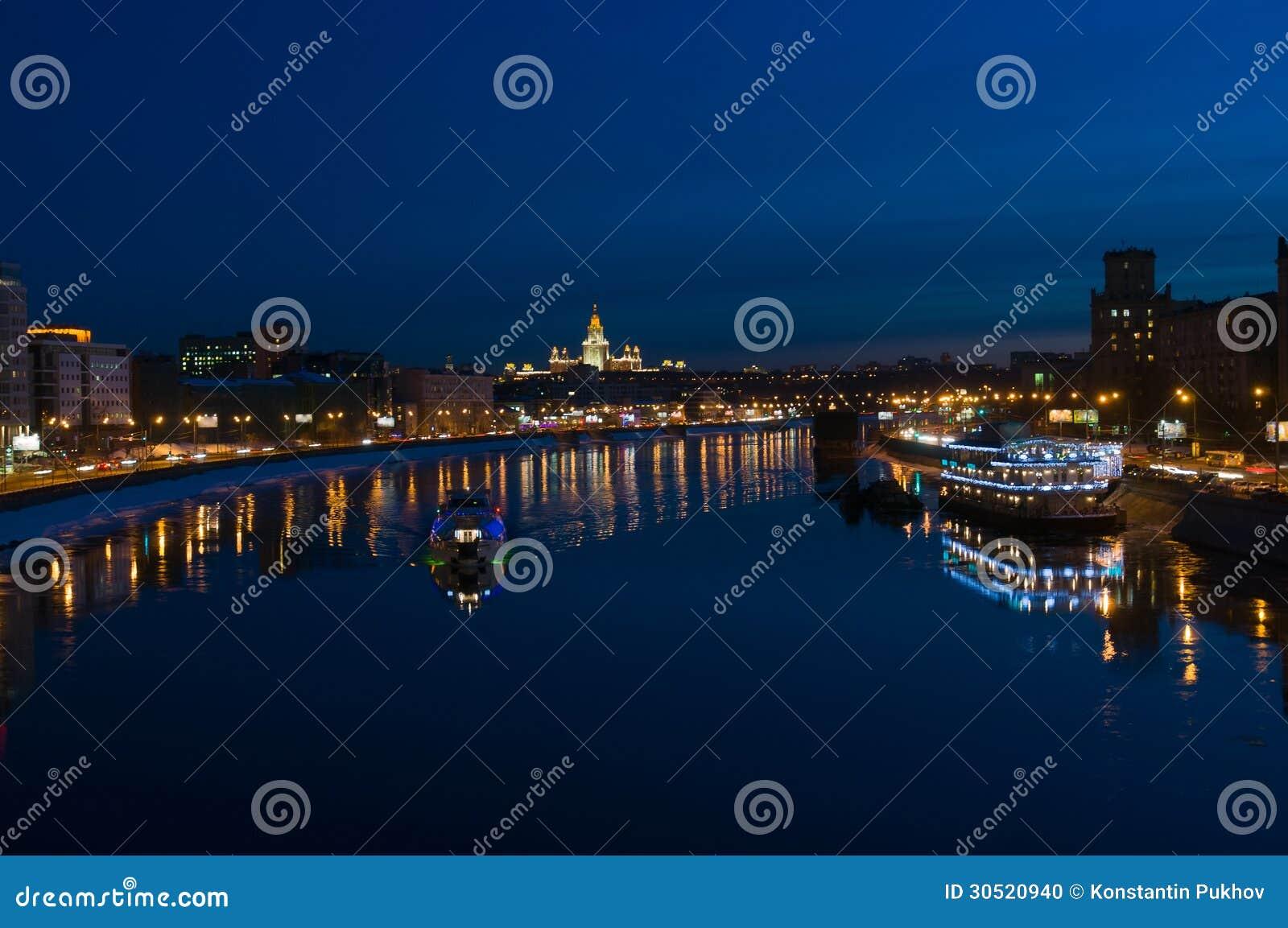 Νύχτα μόσχα. ποταμός της μόσχας. και το