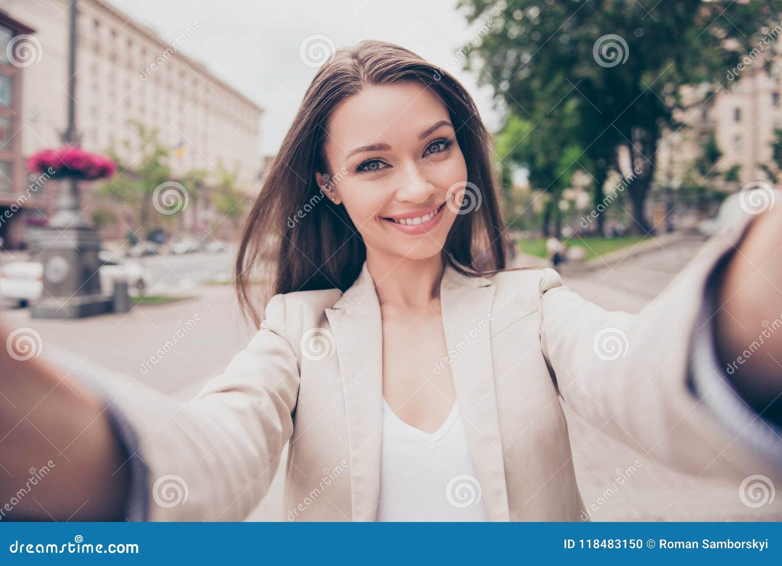 Ξένοιαστη και ευτυχής, ηλιόλουστη διάθεση άνοιξη Η γοητεία της νέας κυρίας είναι μΑ