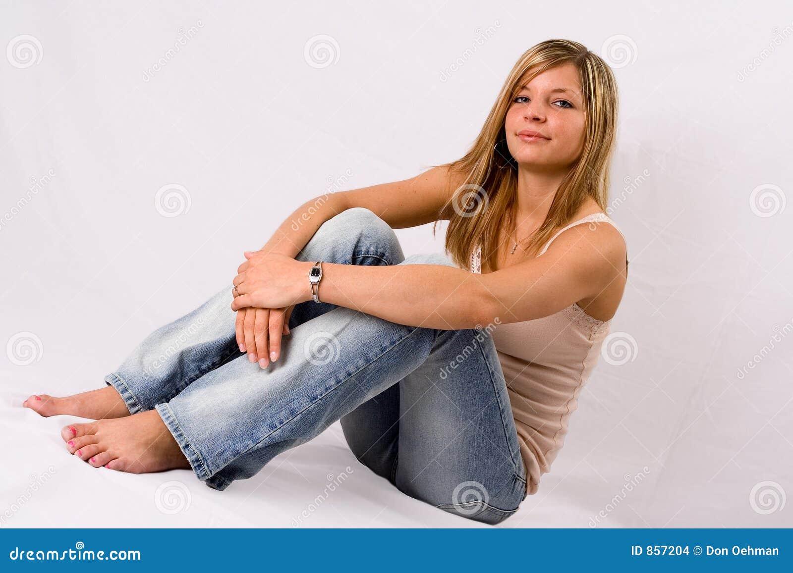 ξανθά τζιν που κάθονται τις νεολαίες γυναικών