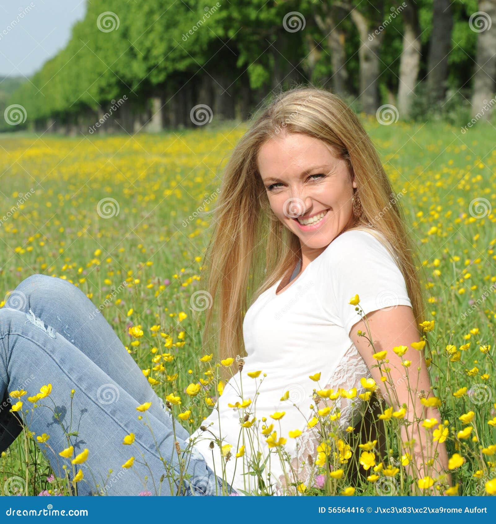 Download ξανθές νεολαίες γυναικώ& στοκ εικόνες. εικόνα από jean - 56564416
