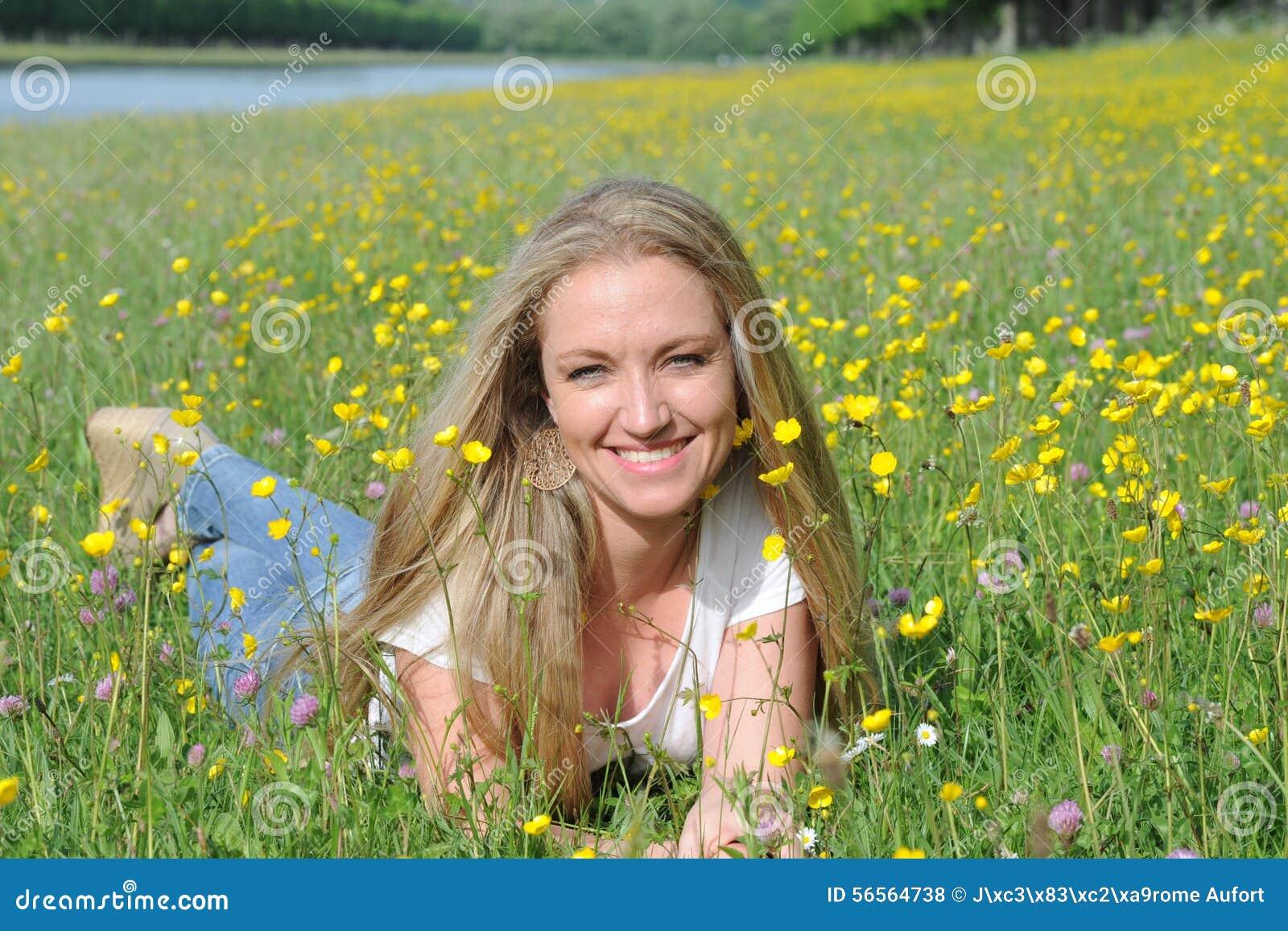 Download ξανθές νεολαίες γυναικώ& στοκ εικόνες. εικόνα από νέος - 56564738