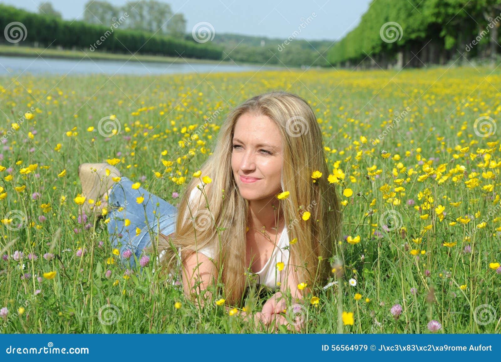 Download ξανθές νεολαίες γυναικώ& στοκ εικόνα. εικόνα από πεδία - 56564979