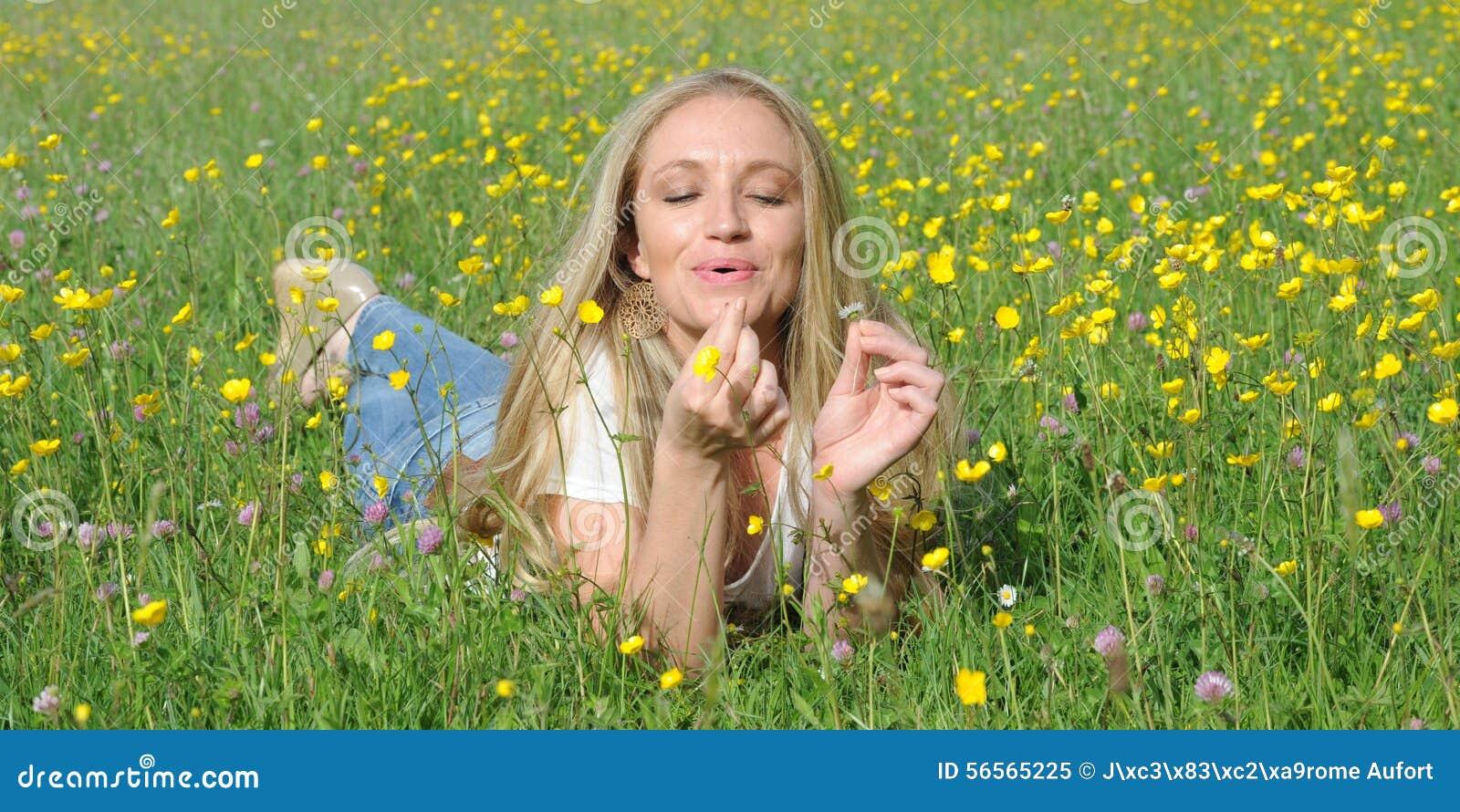 Download ξανθές νεολαίες γυναικώ& στοκ εικόνα. εικόνα από jean - 56565225