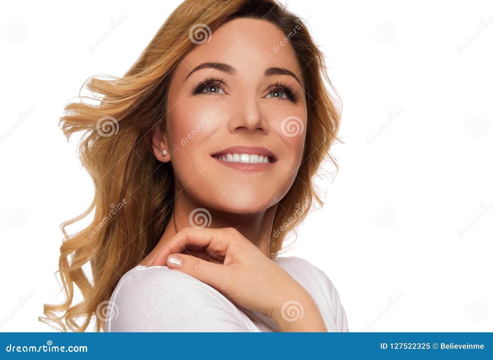 Ξανθή πρότυπη γυναίκα τρίχας Θηλυκό πορτρέτο όμορφες νεολαίες γυναικών στούντιο ζευγών χορεύοντας καλυμμένες