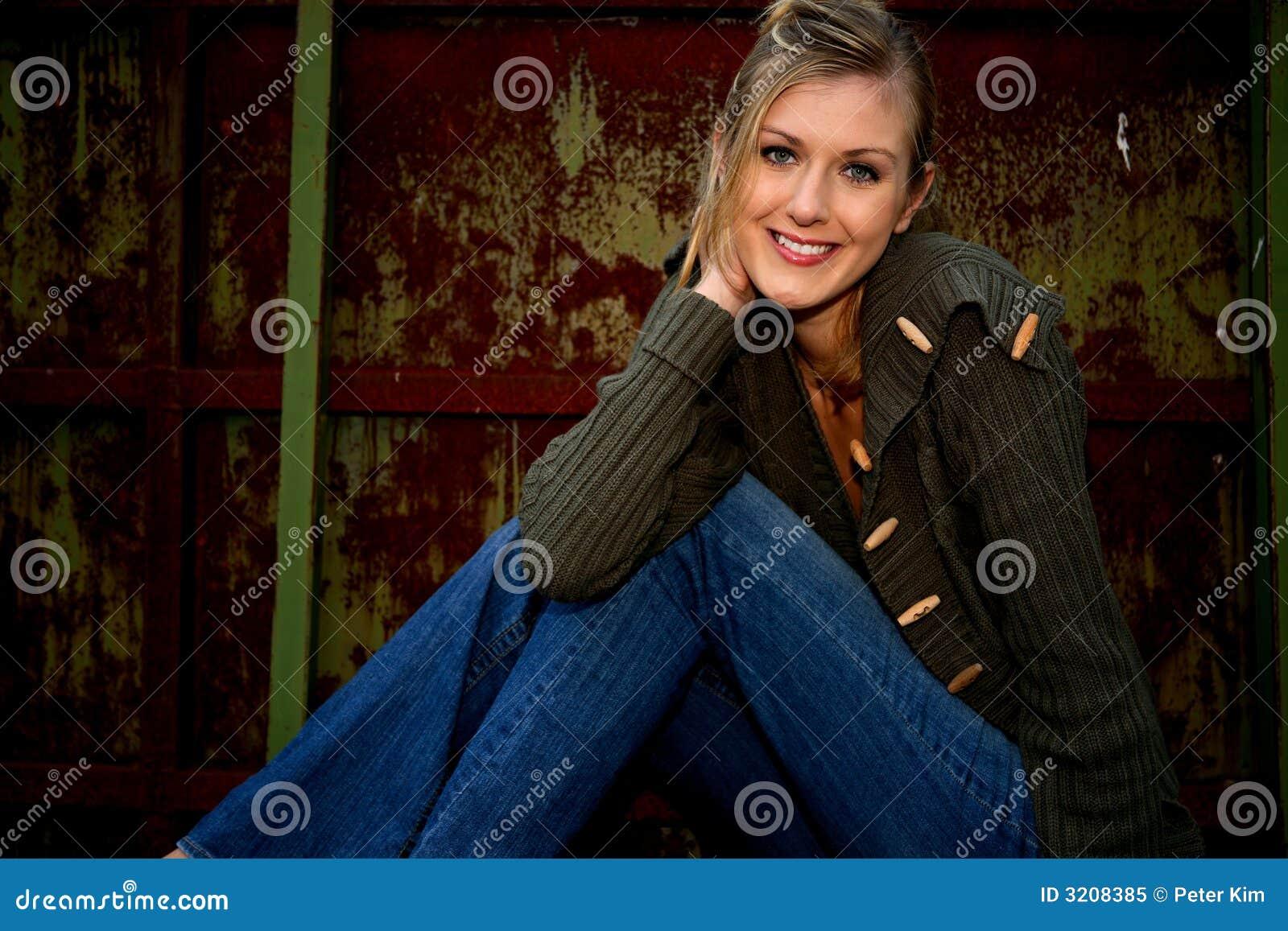 ξανθή χαμογελώντας γυναί&ka