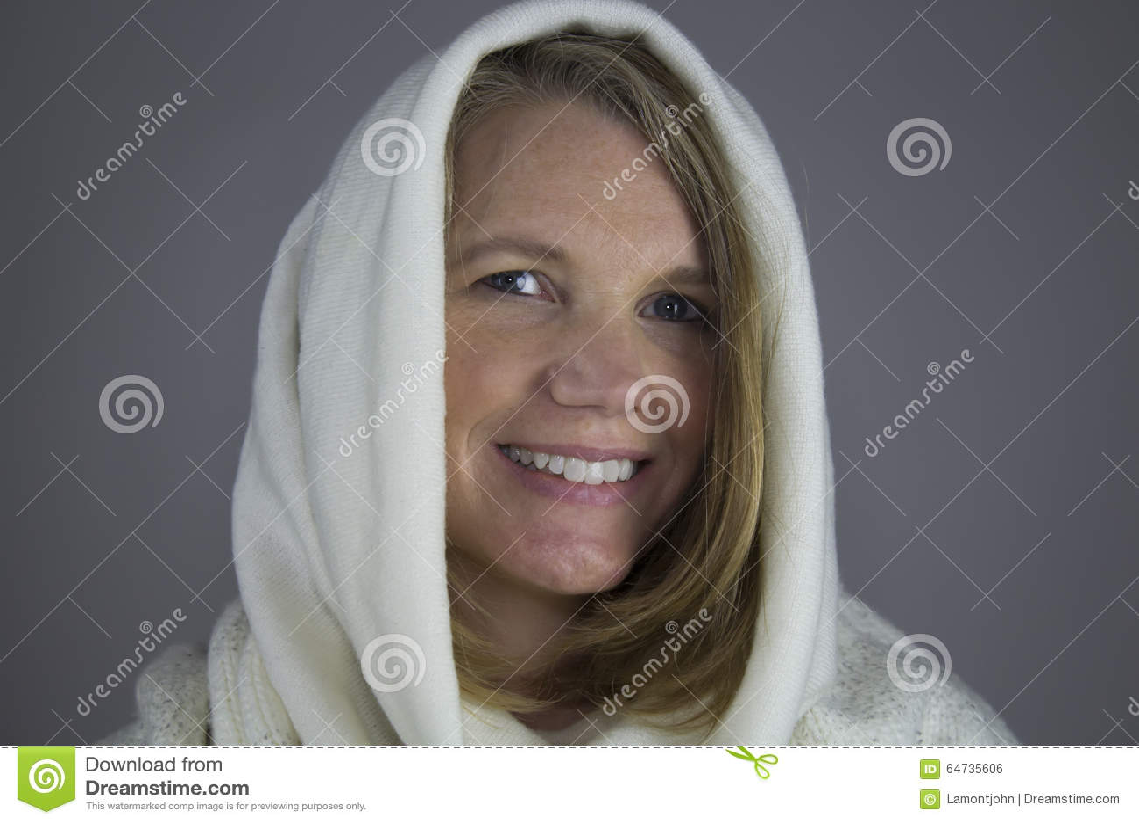 Ξανθό θηλυκό με το άσπρο πουλόβερ