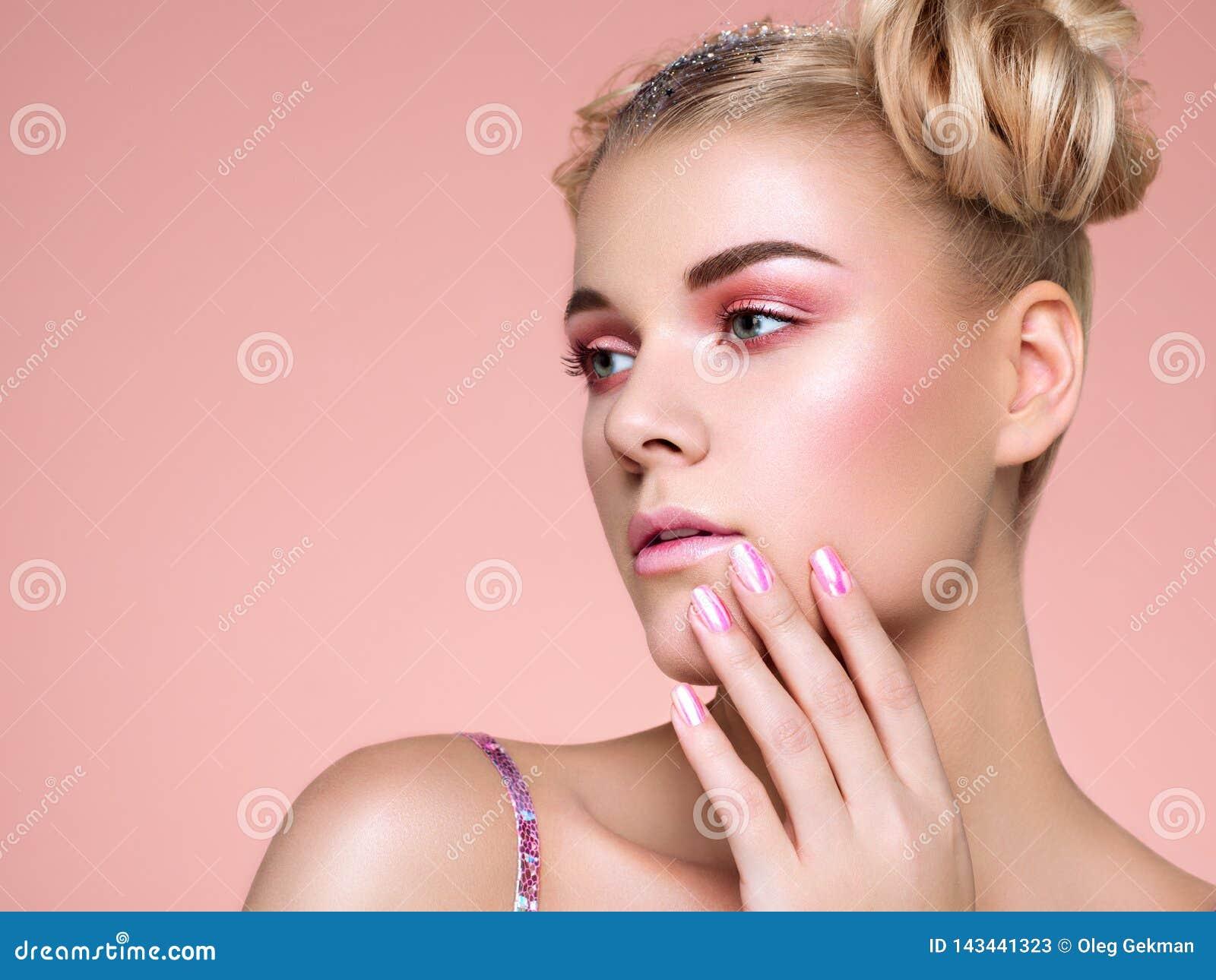 Ξανθό κορίτσι με το κομψό και λαμπρό hairstyle
